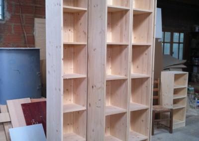bibliotèque avec colonne coulissantes en pin